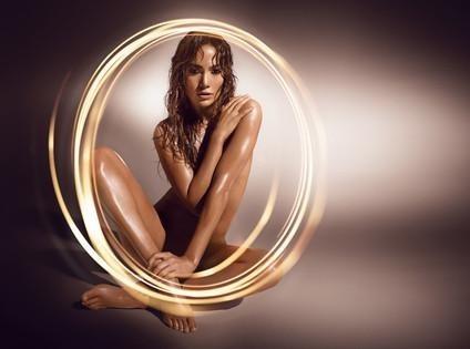 Jennifer Lopez : incandescente et nue pour sublimer son 18e parfum !