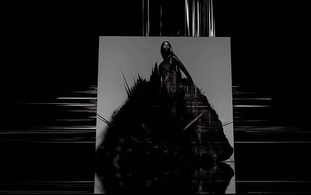 Naomi Campbell incarne l'orgueil dans une sublime robe noire