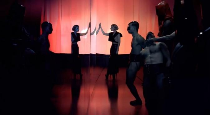 """Lady Gaga trash dans la vidéo du parfum """"Fame"""""""