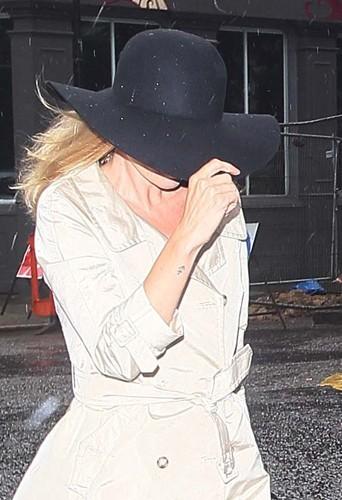 Kate Moss à Notting Hill avec une capeline noire.