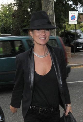 Kate Moss heureuse d'être élue femme à chapeau de l'année 2013