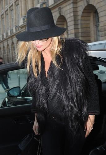 Le chapeau noir, un essentiel du dressing de Kate Moss.