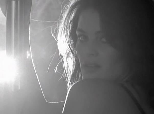Mode : Isabeli Fontana : strip-tease ultra hot, et fessier à l'air pour Love Advent !
