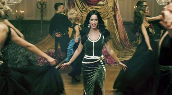 """Katy Perry : Chanel, Dolce & Gabbana, Wes Gordon… la chanteuse la joue couture dans son nouveau clip """"Unconditionally"""" !"""