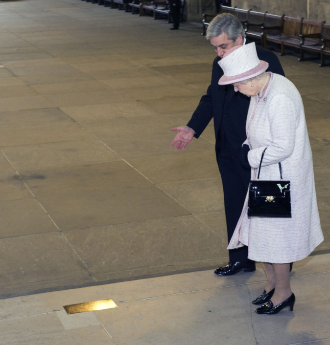 Elizabeth II : Jamais sans son Launer London !