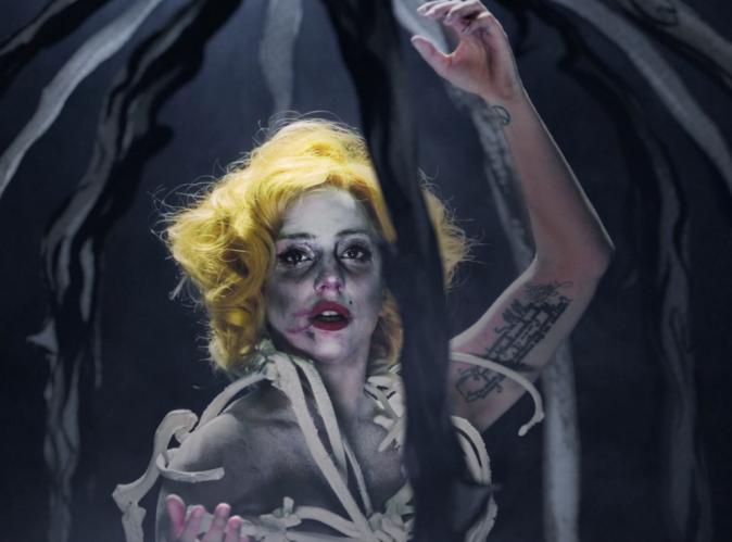 """Mode : le nouveau styliste de Lady Gaga a choisi des pièces """"que des enfants peuvent reproduire chez eux"""" pour son nouveau clip Applause !"""