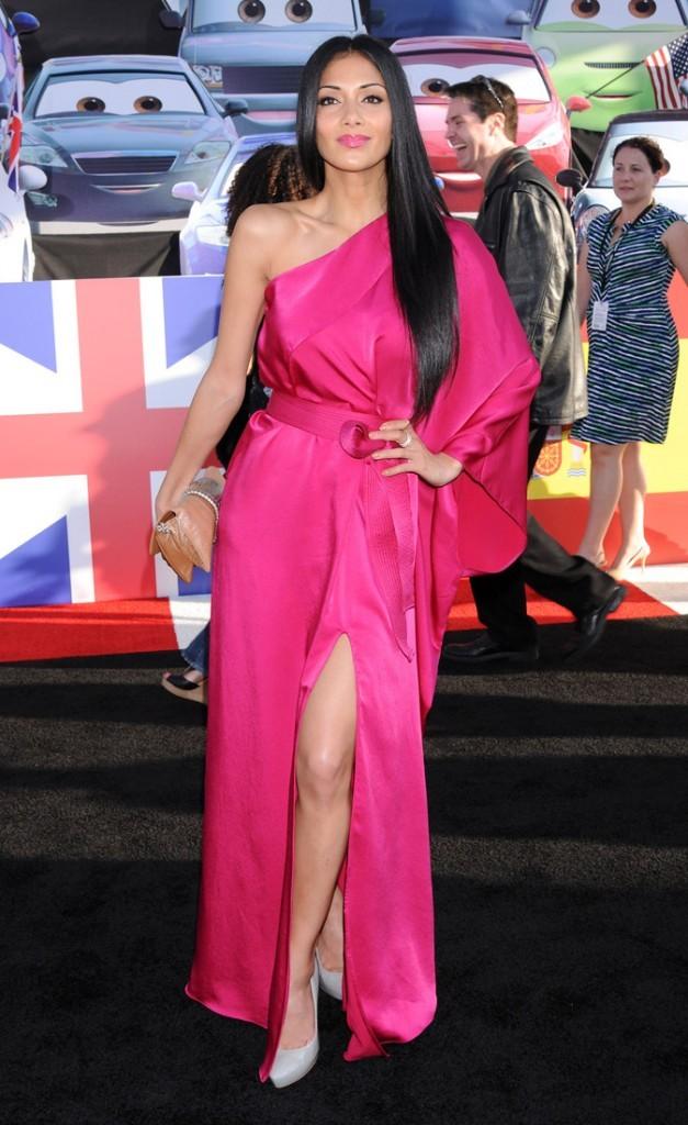 Nicole nous fait rosir avec sa robe asymétrique fuschia, peut-être un peu trop flashy ?