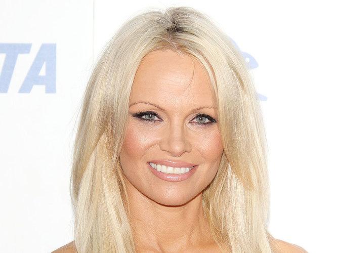 """Pamela Anderson se lance dans la chaussure et le """"Made in France"""" !"""
