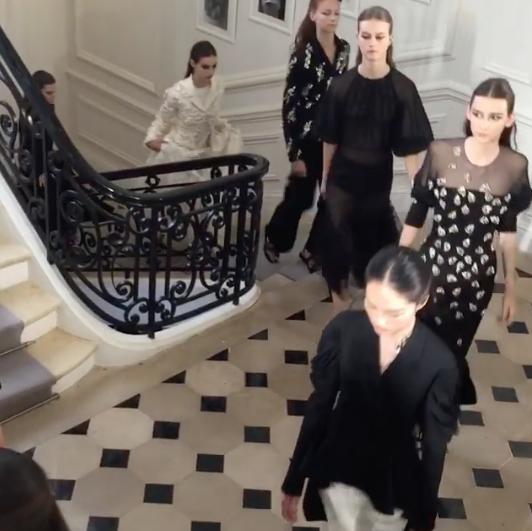 Photos : Fashion Week parisienne : Bella Hadid : éblouissante en noir lors du défilé haute couture Dior