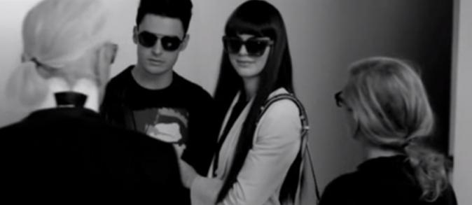 Karl donne ses directives au deux jeunes mannequins
