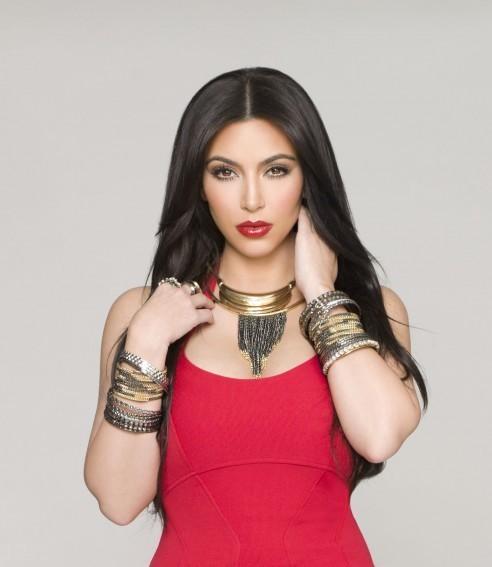 Kim Kardashian pose pour la nouvelle ligne de bijoux Kardashian Kollection !