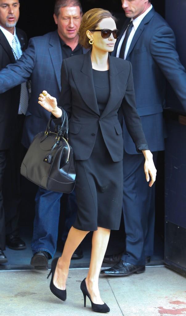 Angelina Jolie à la sortie d'une conférence de presse !