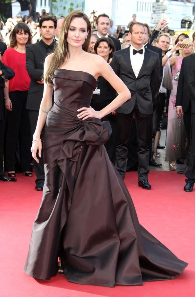 Angelina monte les marches à Cannes !