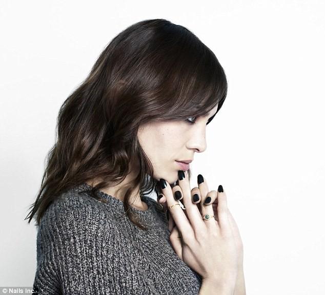 Beauté : Alexa Chung habille nos ongles avec Nails Inc et dévoile les photos de sa campagne !