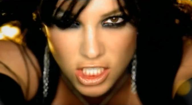 Britney Spears brune dans le clip Toxic !