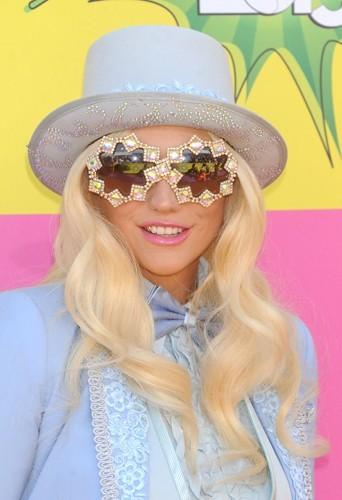 Ke$ha a aussi opté pour des ondulations mais vec un chapeau façon Willy Wonka !