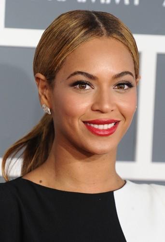 Beyoncé et sa queue de cheval lisse.