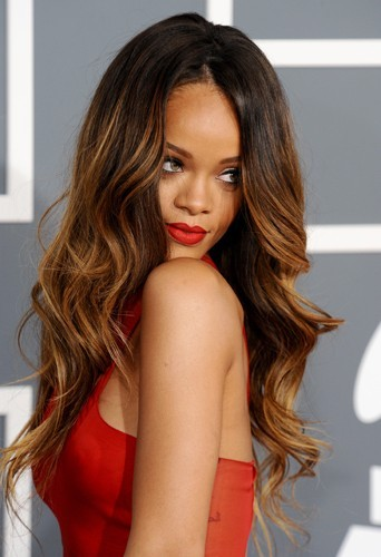Rihanna sublime avec des ondulations de sirènes.