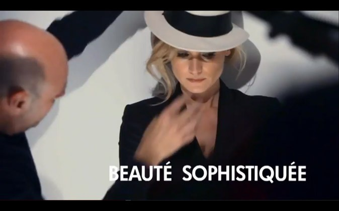 Beauté sophistiquée avec son look masculin-féminin sexy !