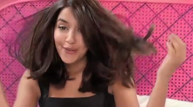 Leïla Bekhti dans la publicité Casting Crème Gloss de L'Oréal Paris