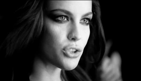 """Liv Tyler interprète """"Need You Tonight"""" pour le nouveau parfum Very Irresistible Electric-Rose de Givenchy"""