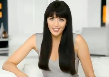 La jolie chanteuse et ses longs cheveux bruns