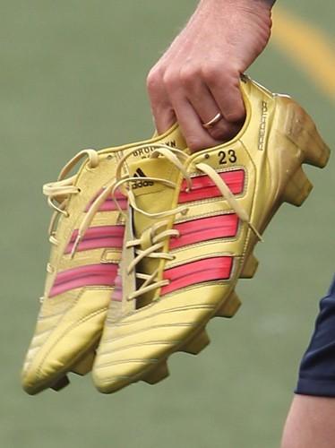 Et bien entendu que peut-on voir sur les chaussures de David ? Les prénoms de ses enfants !