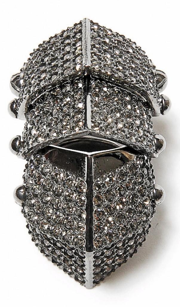 Bague articulée en métal, Vivienne Westwood aux Galeries Lafayette, 335€