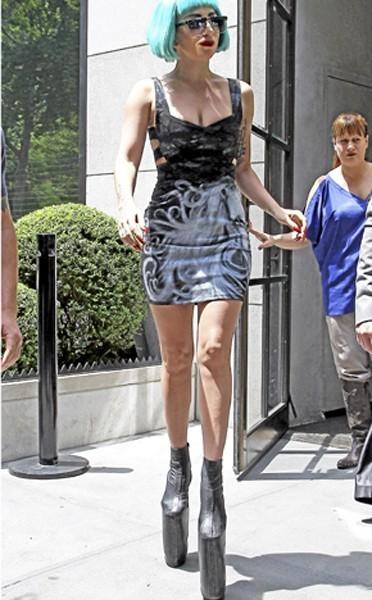 Les chaussures échasses de Lady Gaga