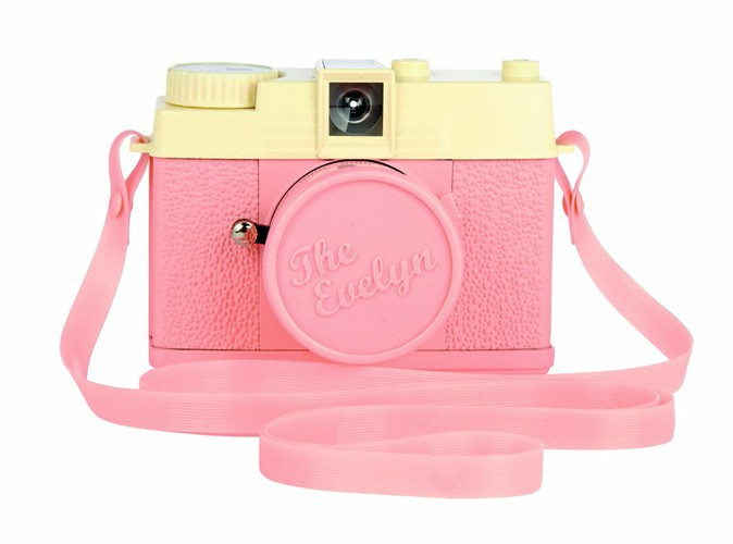 The Evelyn, mini appareil photo Diana, Lomography, chez Urban Outftters. 69 €.