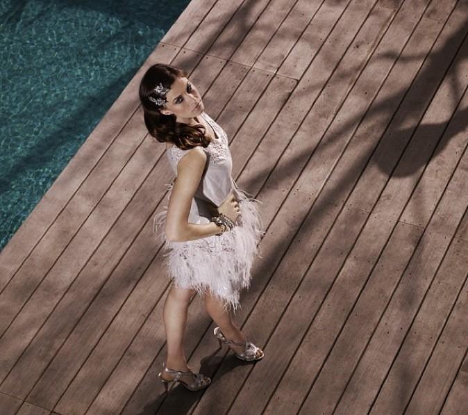 Elettra Wiedemann tape la pause au bord de la piscine pour la marque Coast !