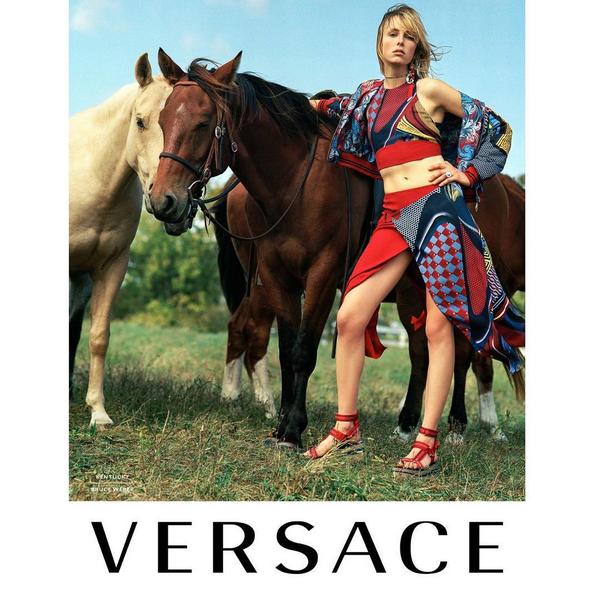 Edie Campbell dans la nouvelle campagne Versace