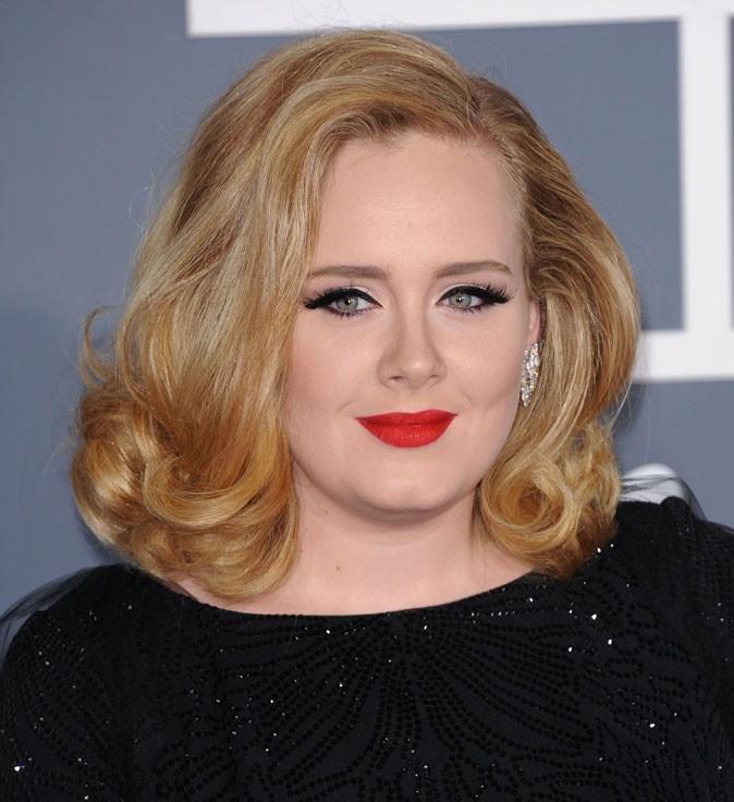 Adele, simple et élégante en robe longue strassée Armani. Le must? Ses boucles d'oreilles en diamants!