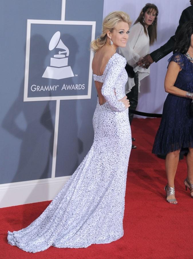 Carrie Underwood porte une robe décolletée dans le dos Gomez-Gracia.