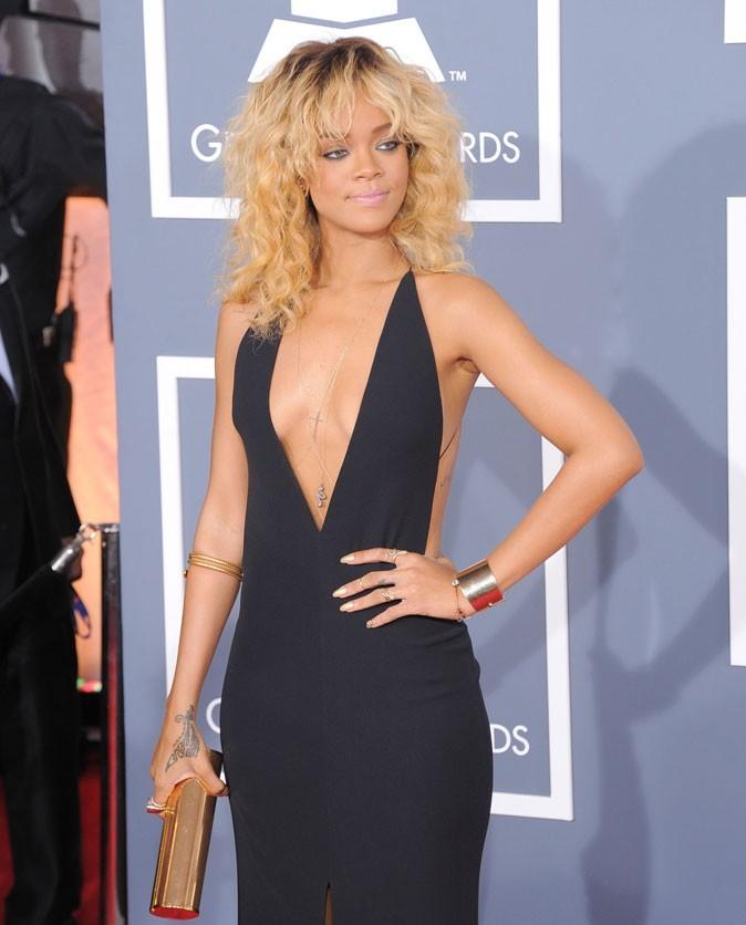 Coup de cœur pour Rihanna, resplendissante en robe au décolleté plongeant Armani. On note encore une fois, des accessoires dorés so chic : manchette, bracelet serpent...