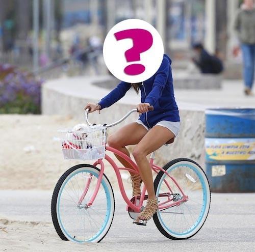"""b. """"Top model brésilien, je suis l'égérie de grandes marques comme Dolce & Gabbana, Dior, Guess et Victoria's Secret."""""""