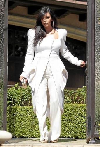 Crème Chantilly : Kim ressemble à une grosse meringue avec cet ensemble immaculé aux volumes alambiqués.