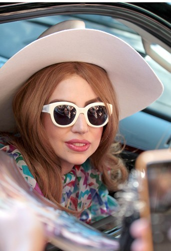 Lady Gaga cache son strabisme le plus souvent sous des lunettes noires.