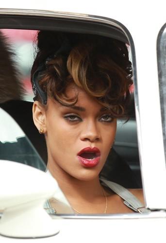 Rihanna épuisée par le tournage de son clip, baille et … c'est le drame !
