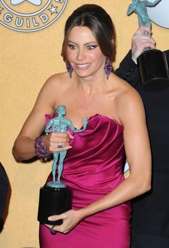 Sofia Vergara ! Sofia arrête de regarder ton award, tu louches !