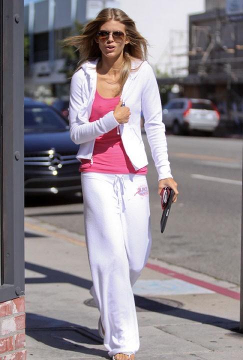 Annalynne McCord en jogging blanc