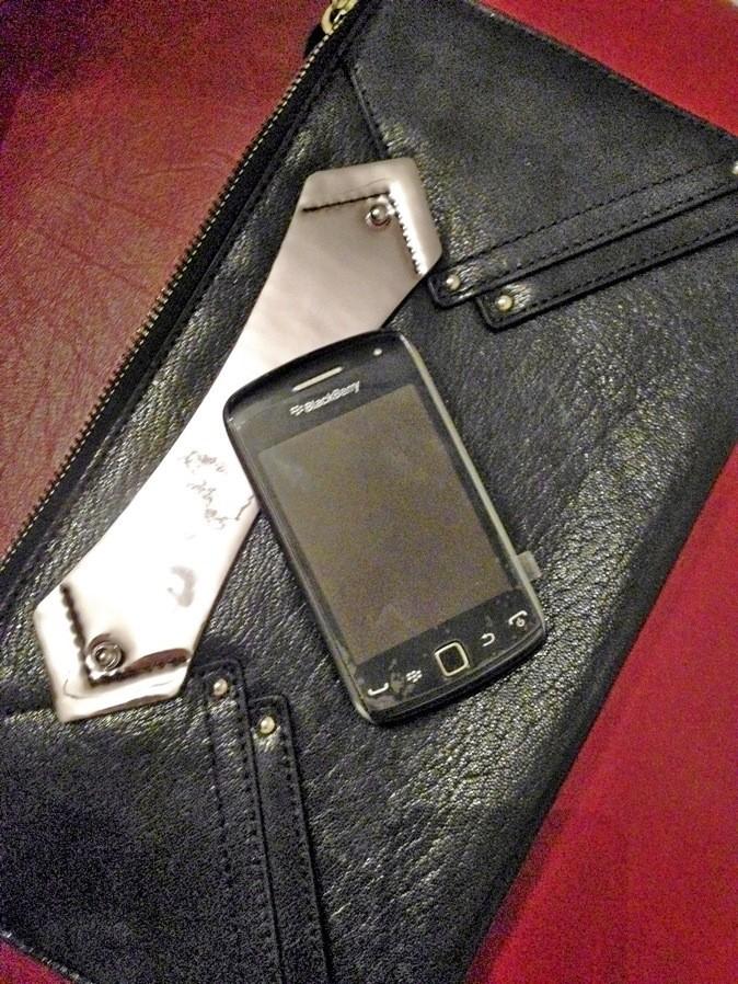 Pochette en cuir, Karl 199 € et Téléphone portable Curve 9380, BlackBerry 260 €