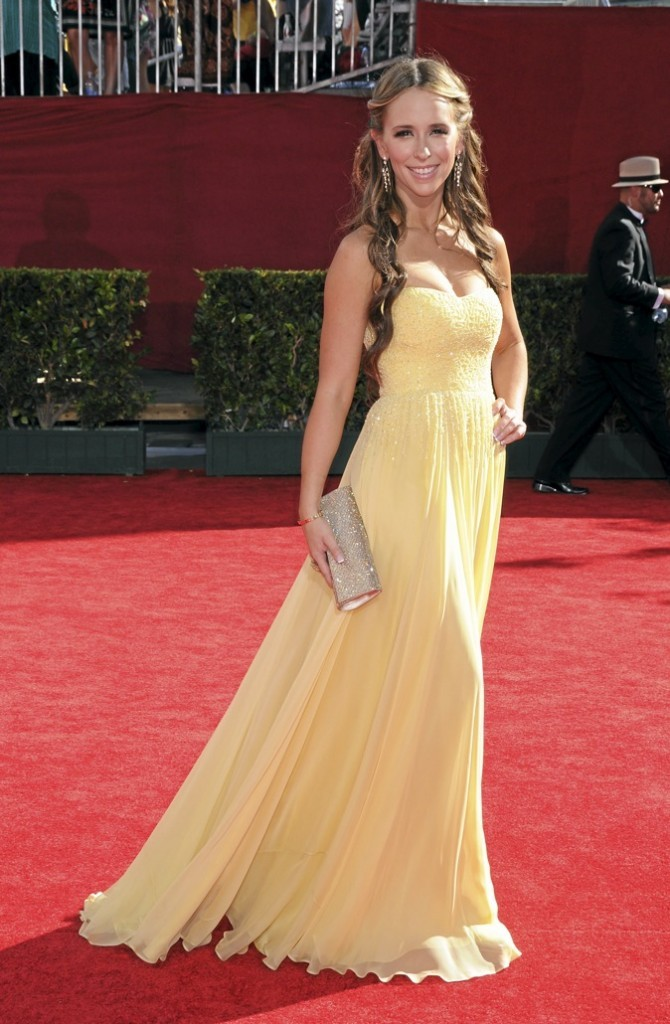 Jennifer Love Hewitt souriante sur le tapis rouge