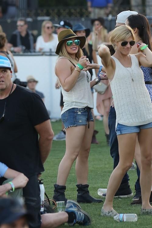 Chapeau de cowboy, boots et mini short brut, Hillary Duff est pile dans la tendance !