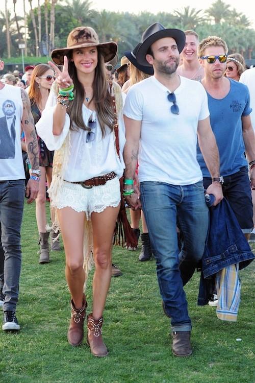 Mini short en dentelle, chapeau texan et boots : Alessandra Ambrosio est une it-girl !