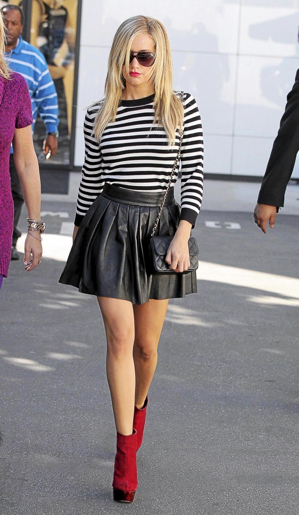 Ashley Tisdale et sa jupe plissée rock
