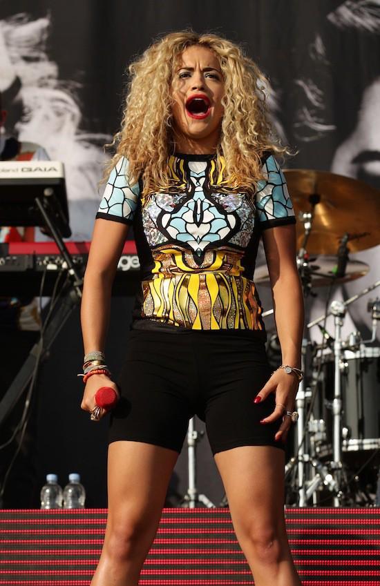focus sur les looks de scène de Rita Ora!
