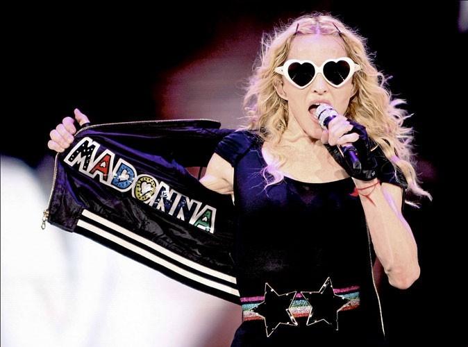 Looks de stars : Madonna s'éclate sur scène avec ses lunettes en forme de coeur !