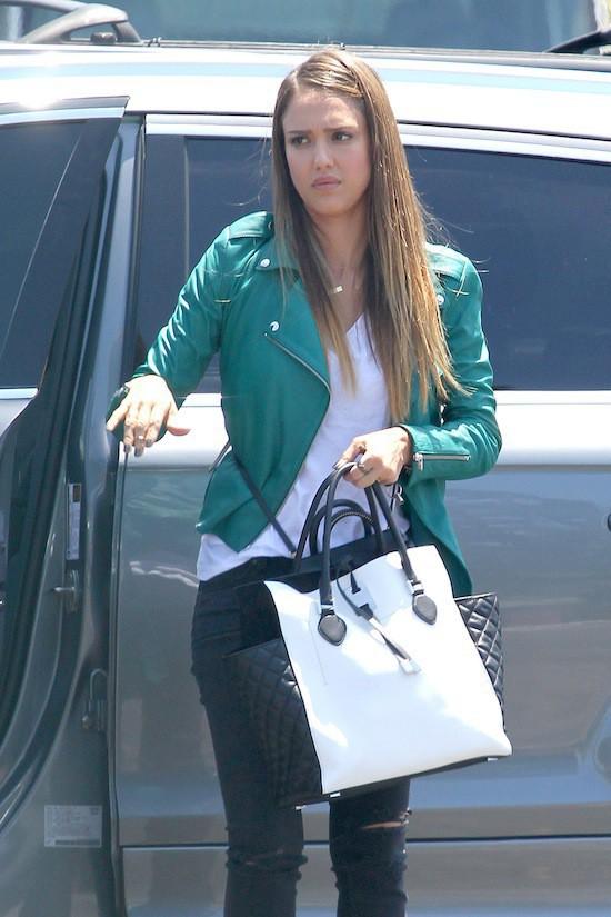 Jessica Alba et son sac Michael Kors