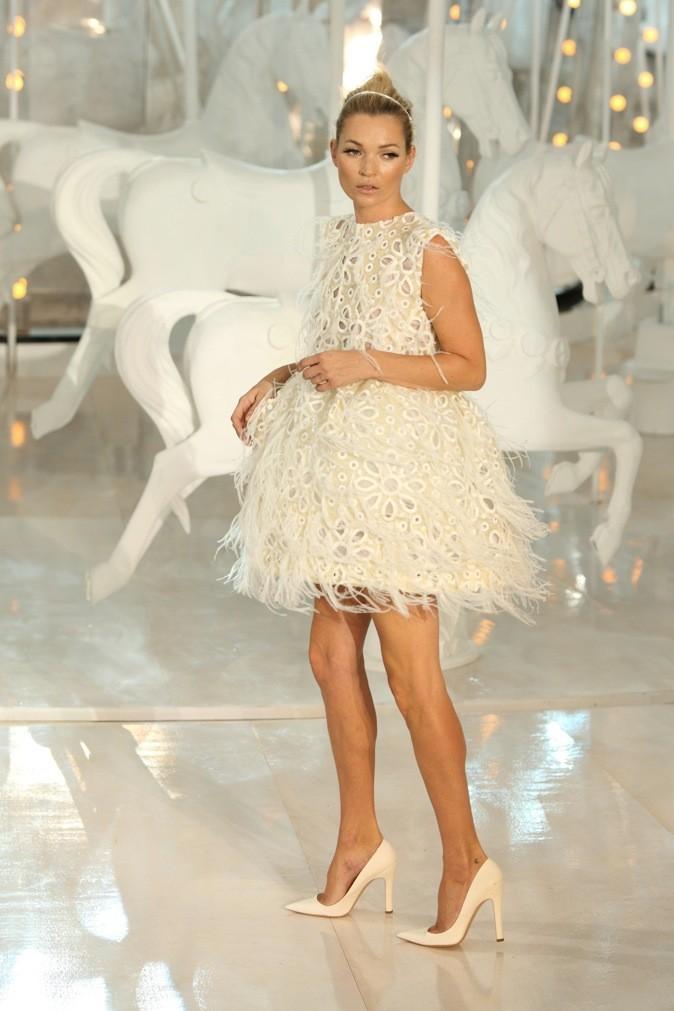 Kate Moss en robe ajourée aux détails en mousseline et franges volantes